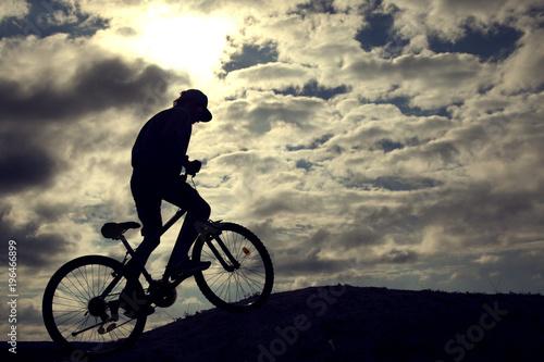 Sylwetka rower górski Sport i zdrowy życie ekstremalne sporty Górski bicykl i mężczyzna Życie stylowy plenerowy krańcowy sport