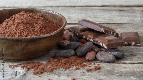 Ahşap üzerinde kakao ve çikolata - 196473030
