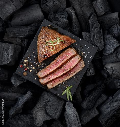 Foto op Plexiglas Steakhouse juicy grilled steak on a black slate.