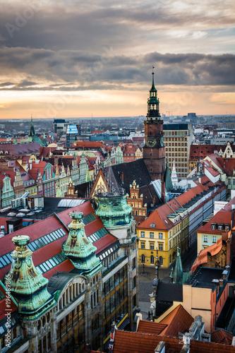 Zmierzch nad urzędem miasta i starym miasteczkiem w Wrocławskim, Silesia, Polska