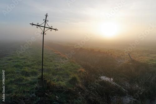 Keuken foto achterwand Bleke violet croix en fer forgé et brouillard sur le parc régional naturel du Gâtinais français