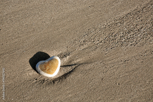 Fotobehang Stenen in het Zand Stone heart on the beach.