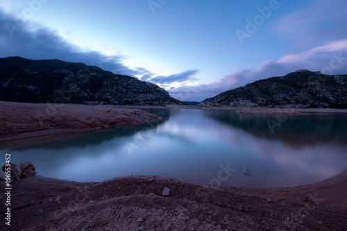 Fotobehang Zwart reflejo en lago alatardecer