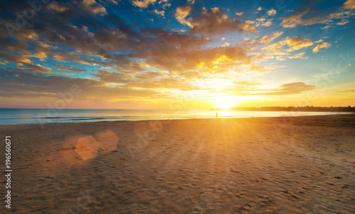 Aluminium Strand sunset over ocean on tropical island