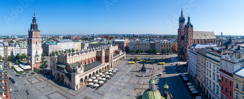 Papiers peints Cracovie Wide panorama of Krakow old city in Poland with Main Market Square (Rynek), old cloth hall (Sukiennice), town hall tower, St. Mary church (Mariacki) and renovated Mickiewicz statue. Aerial view