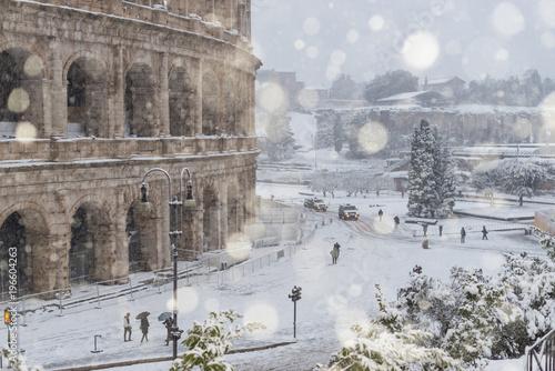 Poster Rome Il Colosseo sotto una forte nevicata, Roma