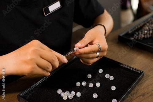 Jubiler z ręcznie robionej biżuterii z koralików kamiennych.