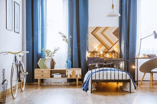Drewniana tablica za łóżkiem