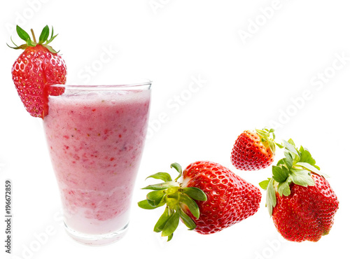 Plexiglas Milkshake milkshake and strawberries isolated on white