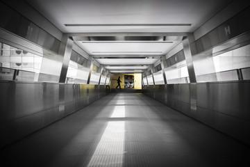 Un homme pressé dans un passage pédestre