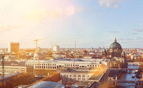 Sonniger Tag in Berlin City mit Berliner Dom - 196849848