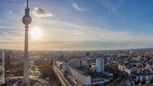 Berlin City Skyline mit Fernsehturm bei Sonnenuntergang