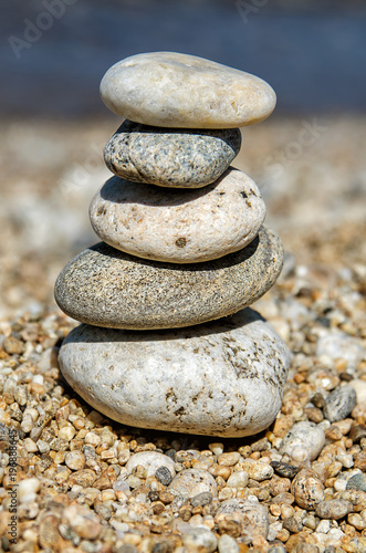 Papiers peints Zen pyramid of colorful pebbles . Rock Zen in the background of the sea. Concept of harmony and balance.