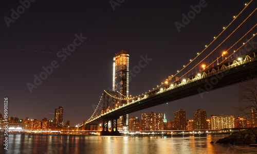Foto op Plexiglas Brooklyn Bridge Manhattan Bridge at night as seen from Brooklyn Bridge Park in New York City.