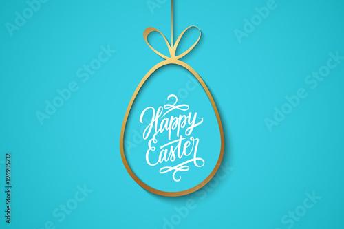 Wielkanoc świętuje sztandar z złotym Easter jajkiem i ręcznie pisany wakacyjnymi życzeniami Szczęśliwa wielkanoc na błękitnym tle. Ilustracji wektorowych.
