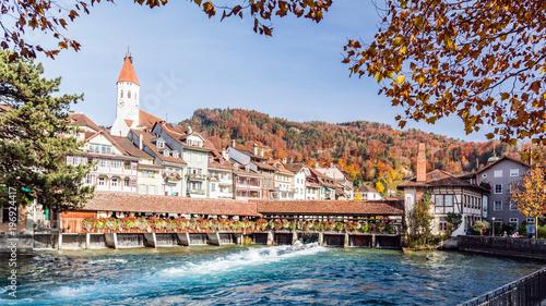Stadt Thun mit Kirche und historischer Holzbrücke, Berner Oberland, Schweiz, Europa