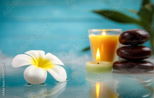 koncepcja spa świeca, kamień, kwiat i bambus, relaks