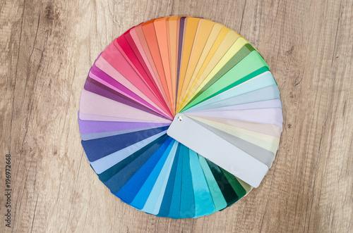 Próbki kolorów rozłożono w kółko na drewnianym stole