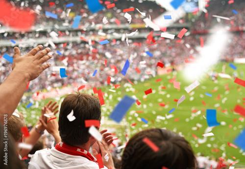 Begeisterte Fussball Fans & Konfetti