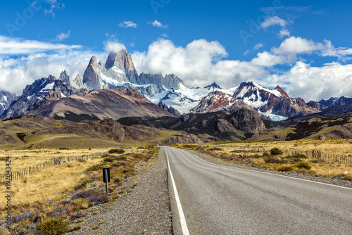Aluminium Fyle Road and panorama with Fitz Roy mountain at Los Glaciares National Park