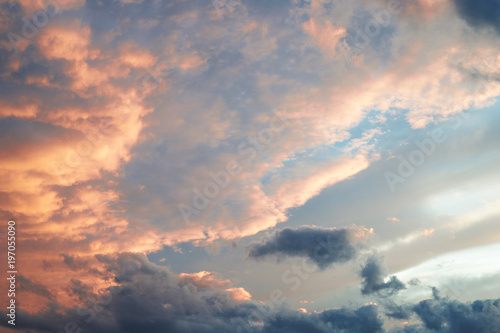 piekne-niebo-z-chmurami-oswietlone-przez-slonce