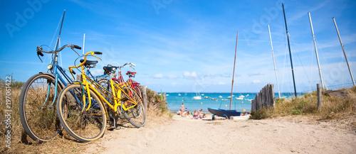 Plage de Bretagne et vélo sur la côte - 197061422