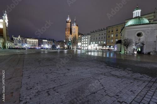 Papiers peints Cracovie Nocny widok pięknego centrum satrego Krakowa, rynek, kościoły, zabytkowe kamienice dookoła rynku, zima