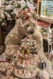 Ours en peluche dans une vitrine de Noël