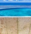 piscine à débordement avec vue sur lagon tropical