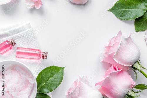 organiczny kosmetyk z olejem różanym na białym tle widok z góry
