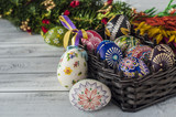 Wielkancne jajka w koszyku i palma - 197264200
