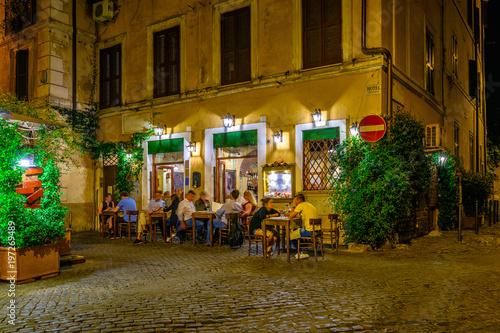 noc-widok-stara-ulica-w-trastevere-w-rzym-wlochy