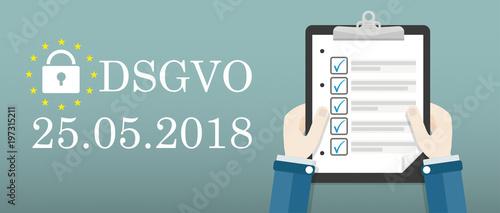 Hände mit einer Checkliste daneben Text DSGVO am 25 Mai 2018 - 197315211