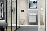 Piękna nowoczesna łazienka z kabiną prysznicową, lustrem, umywalką i muszlą. - 197339491