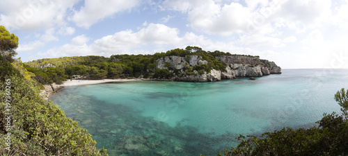 Azul cielo y mar en la playa de Cala Macarella en Menorca - 197360265