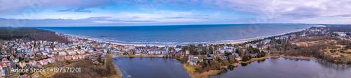 Leinwanddruck Bild Panoramaluftbild von Bansin mit dem Schloonsee im Vordergrund, Ostsee im Hintergrund