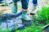 子供の長靴と泥 - 197425623