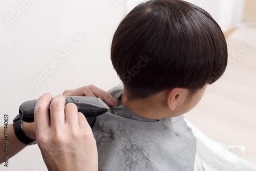 家での男の子のヘアカット