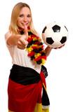 Junge Frau mit Fussball zeigt Daumen hoch - 197470041
