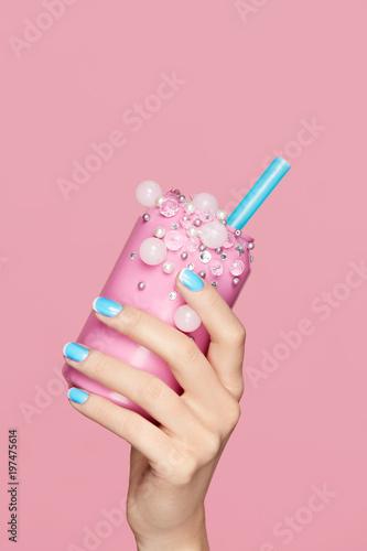 Niebieskie paznokcie. Kobieta Z Sodowaną puszką W Rękach