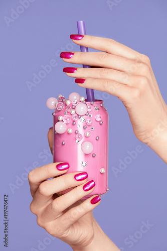 Różowe paznokcie. Kobieta Z Sodowaną puszką W Rękach