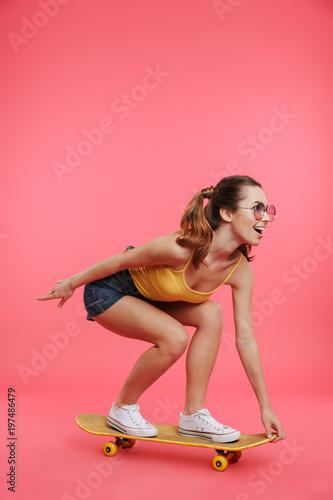 Plexiglas Skateboard Full length portrait of a happy young girl