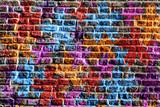 Étoiles multicolores peintes sur un mur - 197499491