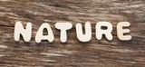 mot nature sur fond de bois