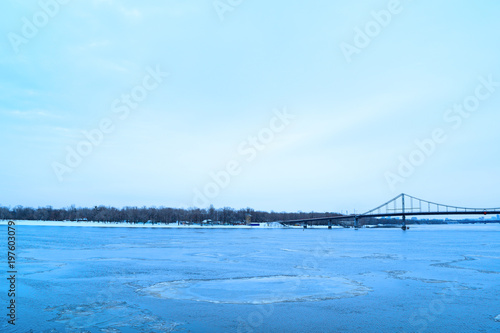 Foto op Plexiglas Kiev View of the river and the bridge in the winter in the city.