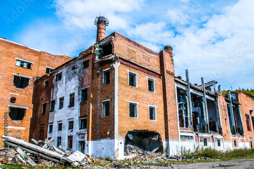 Fotobehang Oude verlaten gebouwen The old destroyed plant and buildings in which no one lives