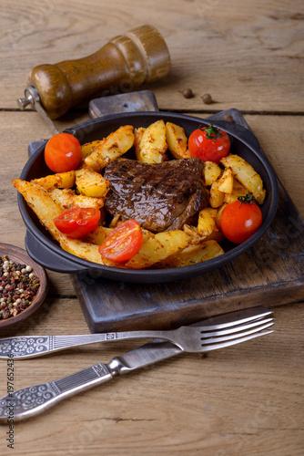 Foto op Plexiglas Steakhouse Beef with potatos and tomatos