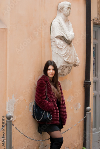 Ragazza posa davanti ad un muro vintage