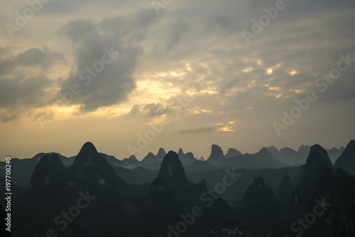 Fotobehang Guilin Sunset over the Karst Mountains, Guilin Sugarloaf, China