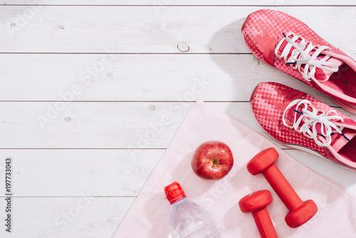 koncepcja fitness z hantlami i czerwone jabłko - sport i wypoczynek
